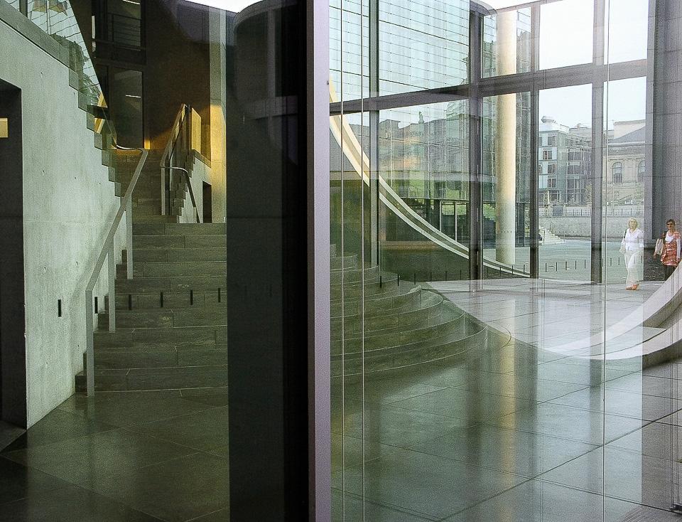 Treppe mit roter Sonnenwand      Marie-Elisabeth-Lüders-Haus. Material: kodak, lambda print, AluDibond 4mm, Schattenfuge, von Hand gestrichen.