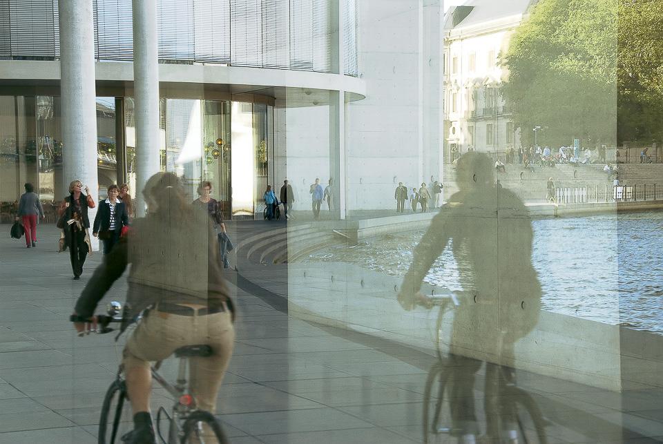Radfahrer | Parlamentsviertel, Berlin | Die weißen Kreuze im Hintergrund erinnen an die Vergangenheit.