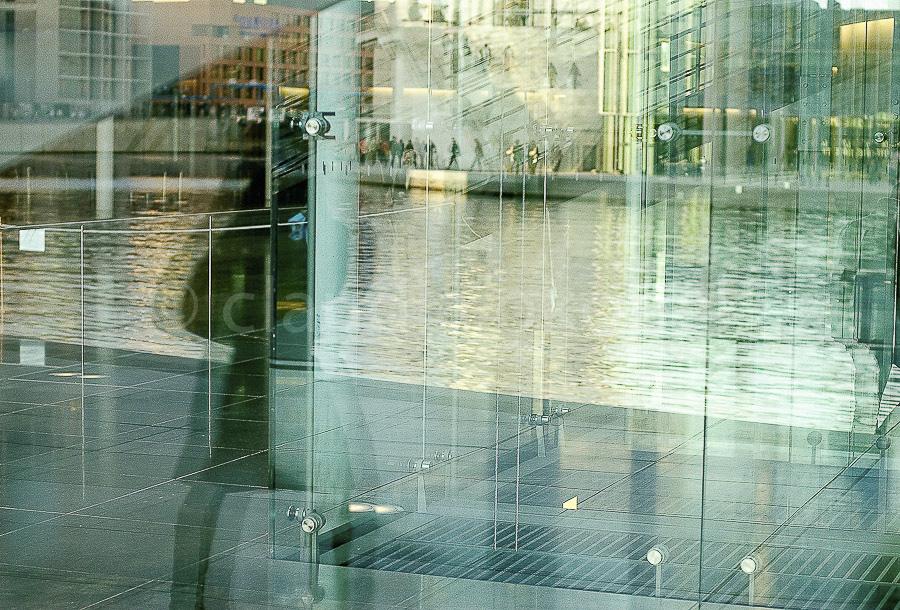 Ost und West mit Touristen | Parlamentsviertel Berlin. | Spiegelung in der Fensterfront.