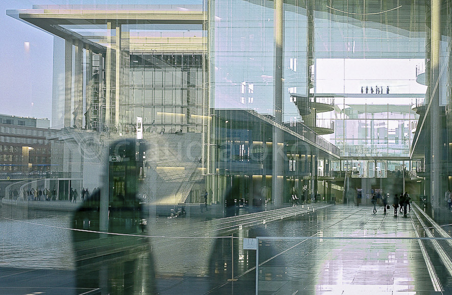 Durchblicke, Brücken, Spiegelung |  | Bis 1989 verlief auch hier die todbringende Zonengrenze durch die Stadt Berlin. Nur interessierte Besucher erkennen noch die Zeichen der Vergangenheit.