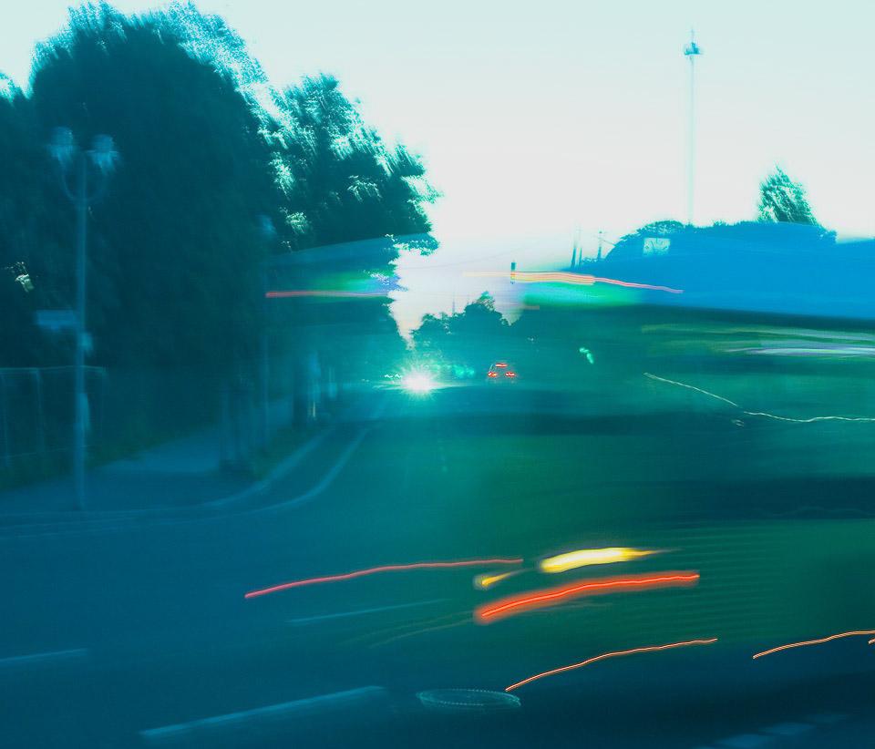 Bus mit Fahrrädern | Ein vorbeifahrender Bus setzt die Lichtzeichen. Mit einiger Übung kann man die Aufnahme, die die Kamera mit verschiedenen Langzeiteinstellungen  machen wird, voraussehen. |