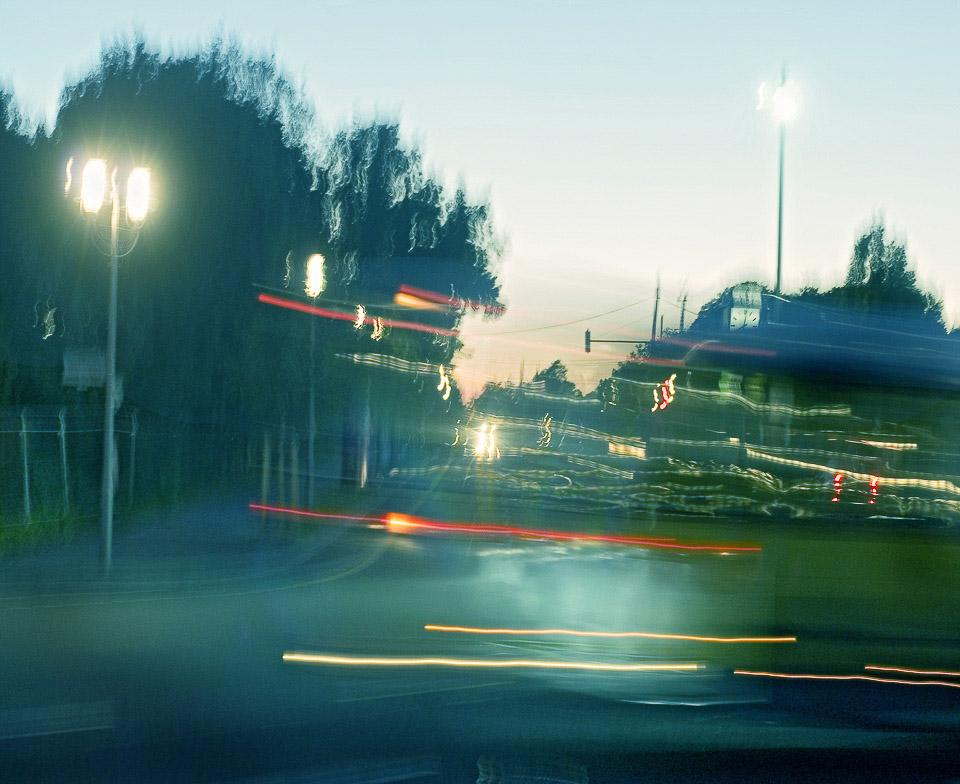 Vorbeifahrender Bus   Um 20:02 h im September beginnt der Tag sich mit der Nacht abzulösen.  