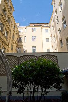 25_Okonek-courtyard2-3.jpg