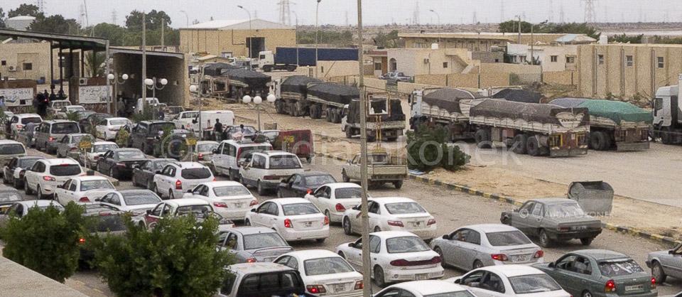 Versorgungs-LKWs am Grenzübergang | Die LKWs aus Libyen warten auf die Erlaubnis nach Tunesien einfahren zu dürfen. Viele Libyer in privaten PKWs fahren  nach Tunesien um dort einzukaufen und zu tanken.  |