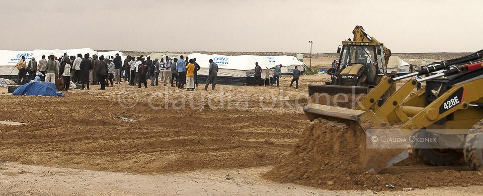 Choucha Camp, Bagger füllen Senken auf | Starke Regenfälle hatten die tiefer liegenden Zelte unter Wasser gesetzt.  |  Schweres Gerät wird eingesetzt, die Bewohner des Camps dürfen nicht mit anfassen.