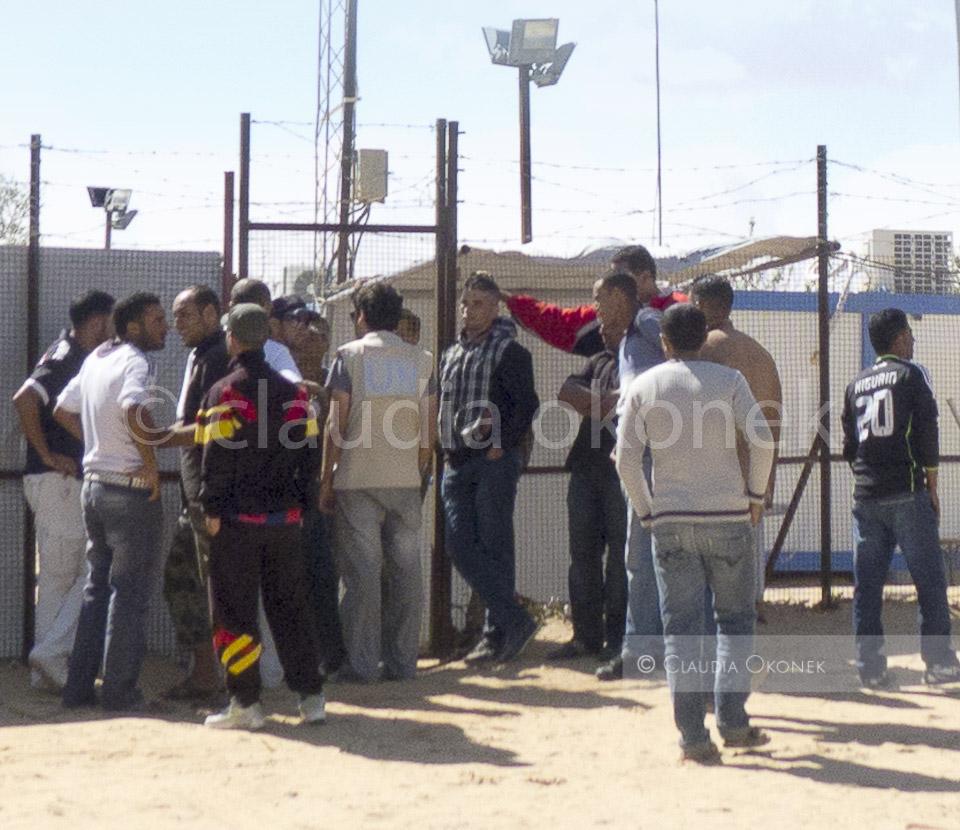 Agression vor den Toren des Choucha Camps   Männer aus Ben Gaurdane wollen im Camp arbeiten, Mitarbeiter der UN vermitteln. Seit dem Krieg ist der Schwarzmarkt, eine der wichtigsten Einnahmequellen im Grenzbezirk zwischen Tunesien und Libyen zusammengebrochen. Viele Menschen besonders aus der tunesischen Grenzstadt Ben Gardane sind ohne Einkünfte.   