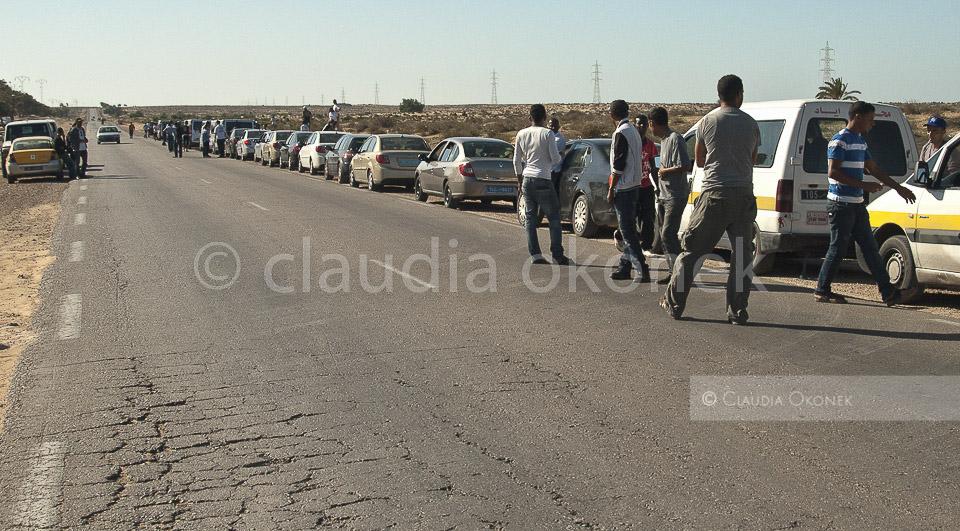 Evakuierung der Mitarbeiter humanitärer Organisationen | Ein Anschlag im Lager wird angekündigt. In Windeseile müssen alle Mitarbeiter das Lager verlassen. Auch diese Transitstrasse ist nicht sicher. Über diesen Zubringer werden Waren und Lebensmittel in das zerstörte Libyen gebracht. Ein beliebtes Ziel für Libyer und Tunesier die Unruhe verbreiten wollen.  |