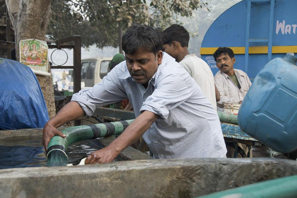 Wasser für den Slum von Vant Kunj. | 6 h früh. Jeden Tag werden die Menschen der Siedlung von der Stadt mit  Wasser versorgt. |