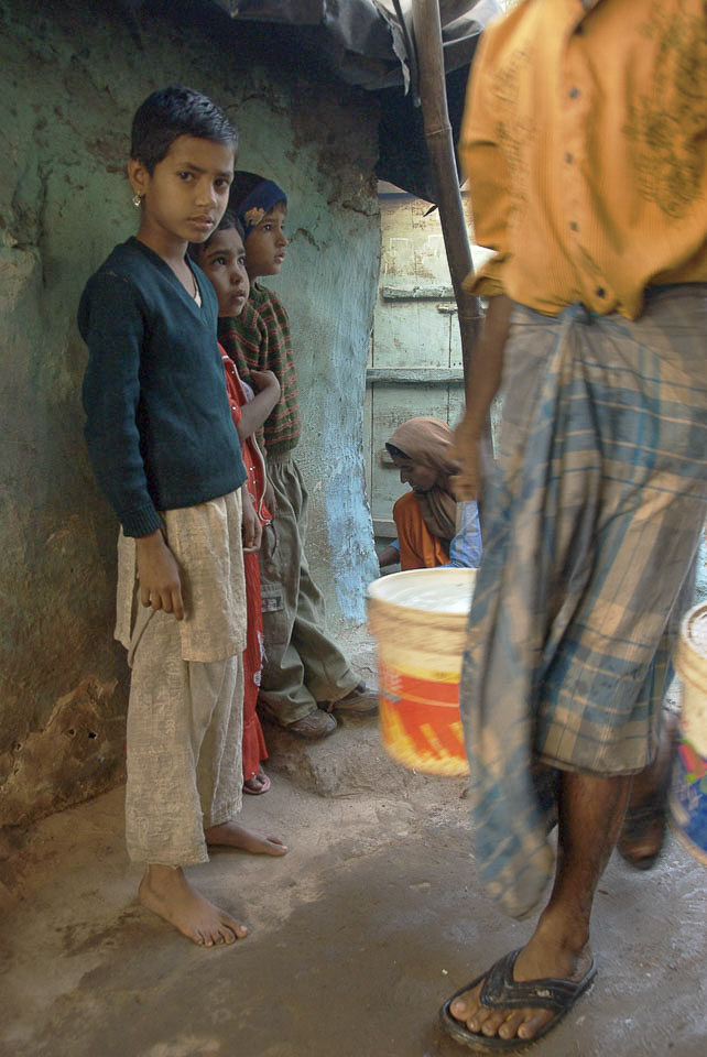 Geschäftiges Treiben um 6 h im Slum von Vasant Kunj. | Der Tag hat begonnen. |