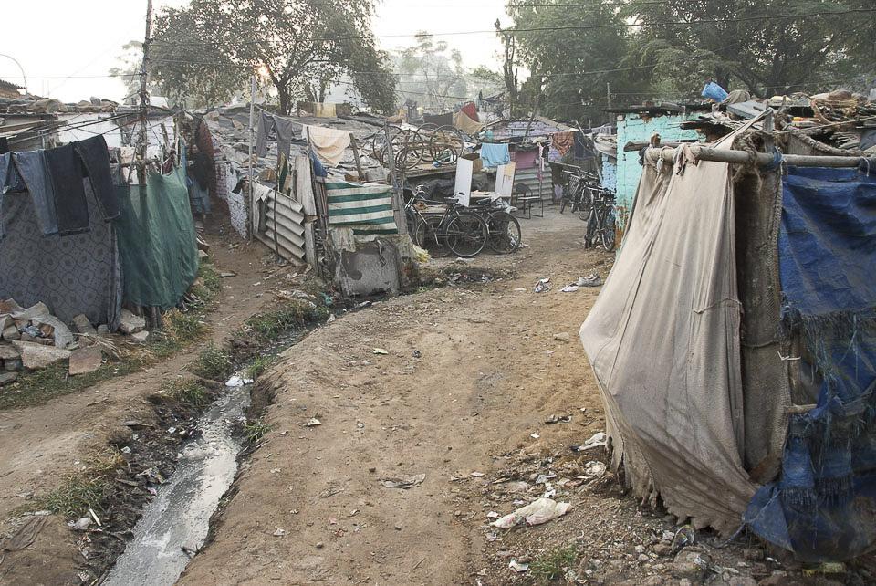 Abflussrinne im Slum von Vasant Kunj. | Die Abwasserkanäle laufen offen durch die Siedlung. Obwohl es geregnet hat, riecht es nicht unangenehm. |