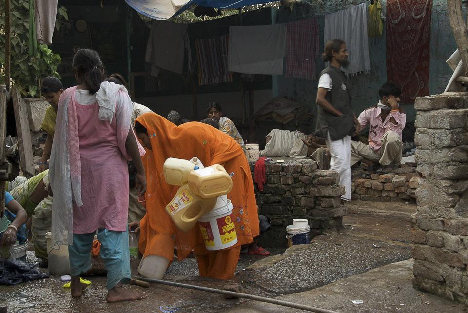 Öffentliche Wasserstelle, INA Colony.   Wasserversorgung im informellen Wohngebiet von New Delhi.  