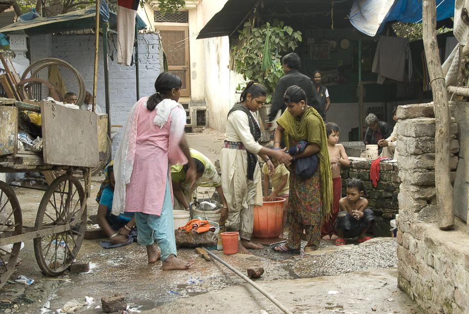 Slum INA Colony, New Delhi.   Öffentlicher Bade- und Waschplatz.  